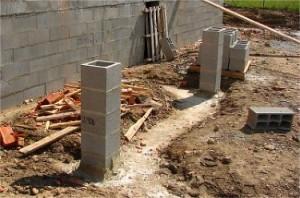 Travail de réalisation des piliers d'un portail